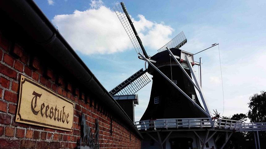Die Seriemer Mühle! Eine der schönsten Windmühlen Ostfrieslands in Sichtweite des DJH-Resort. Sie ist tatsächlich seit kurzem wieder funktionsfähig. Im Inneren lassen sich die Hilfsmittel des Müllerhandwerks und aus dem ersten und zweiten Stock die Aussicht genießen.