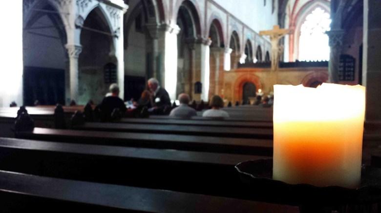 """""""Kirche leise, Mama..."""" Die Klosterkirche, in der früher die Laienbrüder zu Gott beteten und sich dann mehr dem """"labora"""", als dem Arbeiten, widmeten, steht heute  allen Menschen auch ohne Eintrittgebühr offen. Hinter dem Altar schließt sich der zweite Kirchenbereich an. Hier beteten die Priesterbrüder. Auch manchmal auf den Knien im Büßerkreis, wenn sie während des Gottesdienstes eingeschlafen waren."""