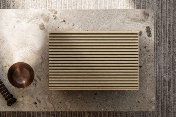 NA_Beosound-Level_Gold-Oak_Laying-01.tif