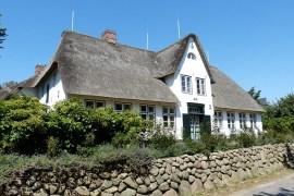 süßes Reetdachhaus mit Friesenwall