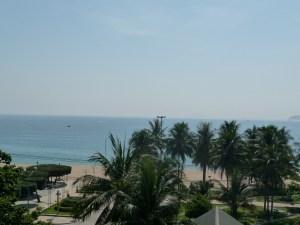 Blick vom Hotelbalkon auf die Uferpromenade