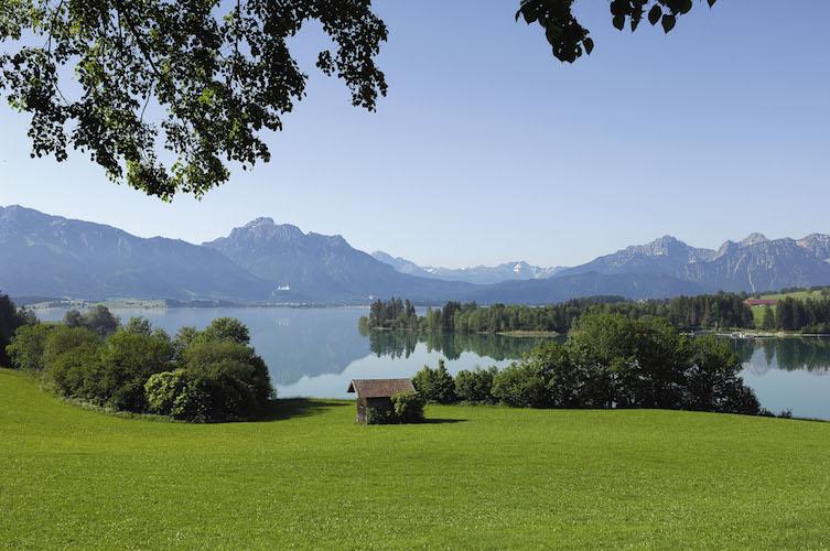 Sånn ser Forggensee ut når det ikke er regn og tåke! Jeg har lånt bilde fra Füssens turistkontor.