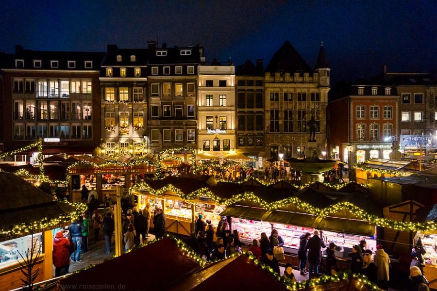 Blick über den weihnachtlichen Markt - Weihnachtsmarkt in Aachen