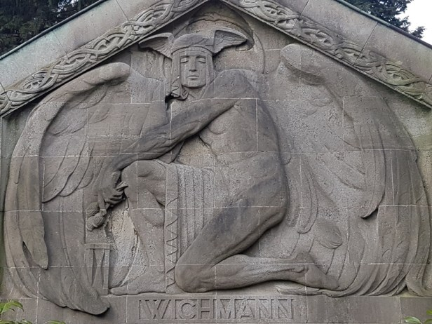 Grafbeelden in allerlei stijlen op de Friedhof Ohlsdorf begraafplaats in Hamburg