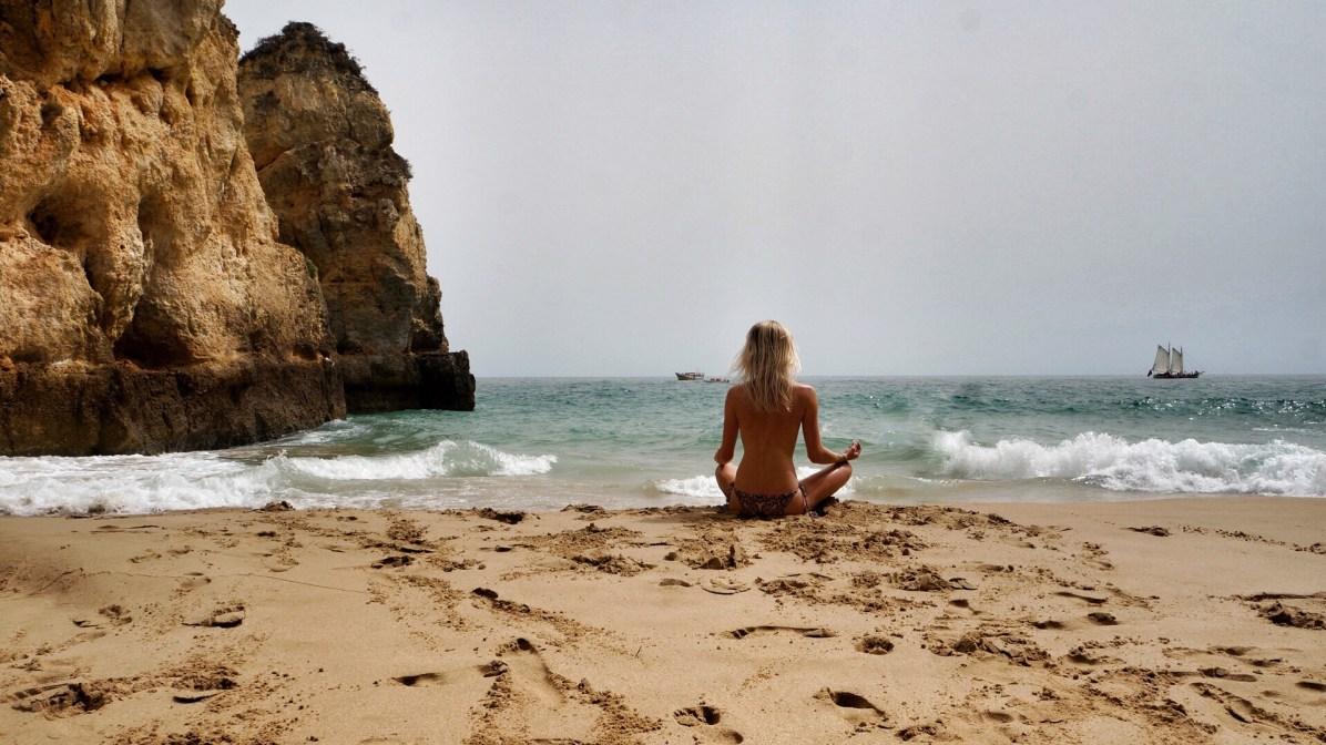 Yoga meditatie op de stranden van Portugal