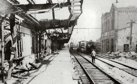De perronoverkappingen na het bombardement - Stationsweb.nl