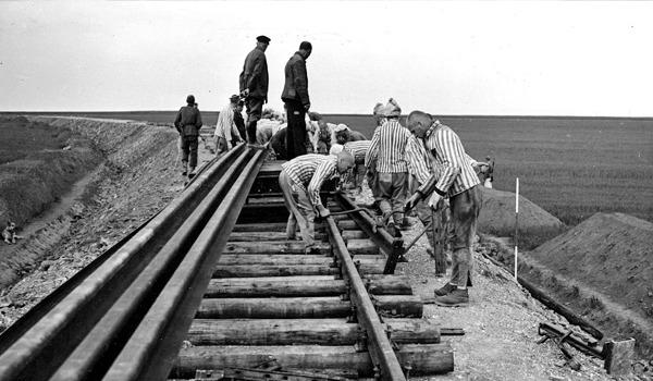 Het werken aan de spoorlijn naar Buchenwald.
