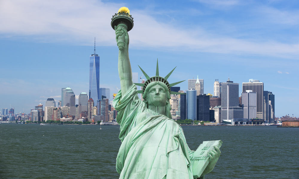 New York med Frihedsgudinden i forgrunden og Manhattan i baggrunden