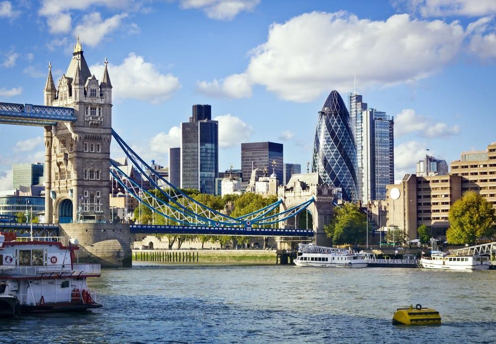 Tower Bridge i London - med finansdistriktet i baggrunden