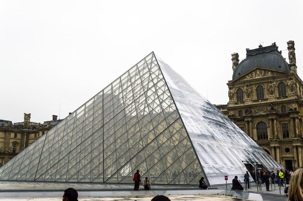 Louvre pyramiden - Paris i Frankrig
