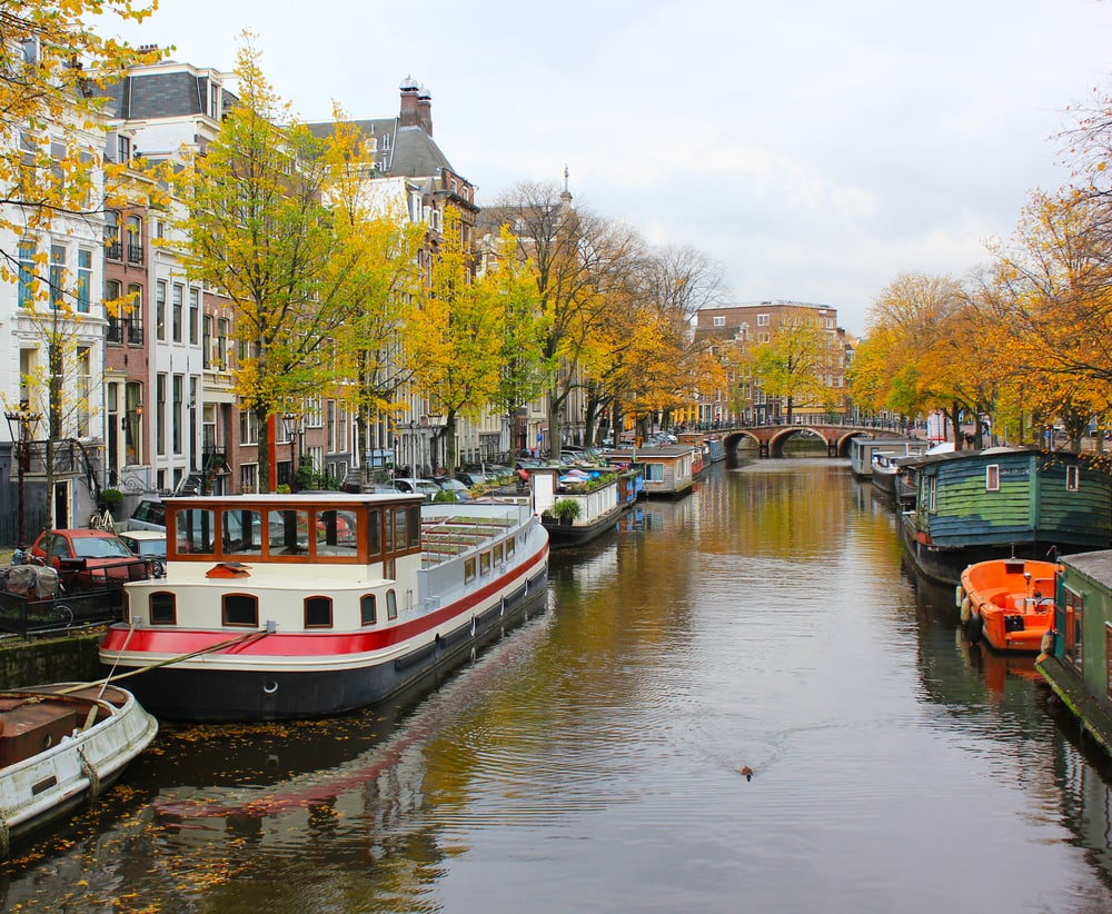 Kanal i Amsterdam i Holland