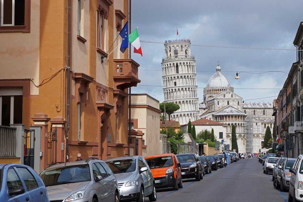 Gade i Pisa med Det Skæve Tårn i baggrunden