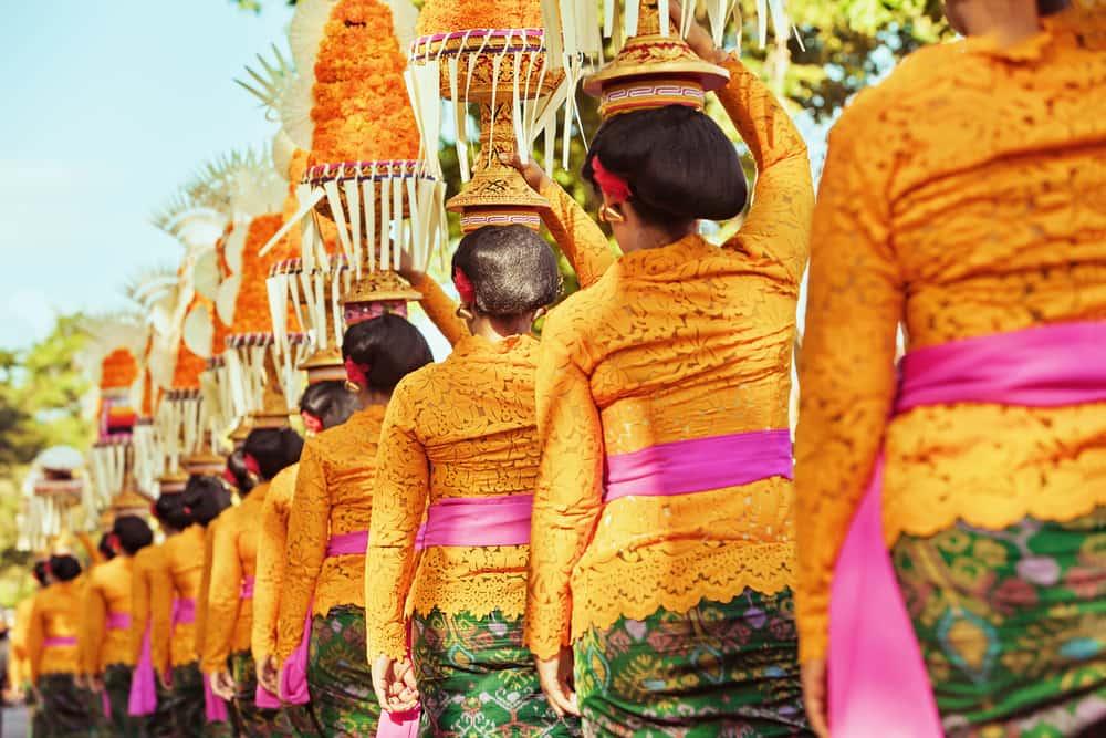 Kvinder i traditionelle klædedragter - Bali i Indonesien