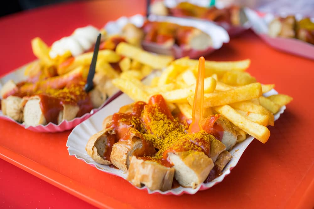 Carrywurst med fritter - Berlin i Tyskland