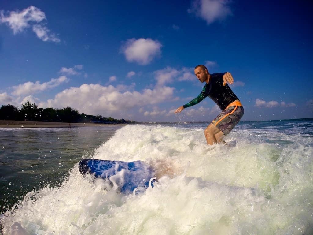Martin surfer på Bali