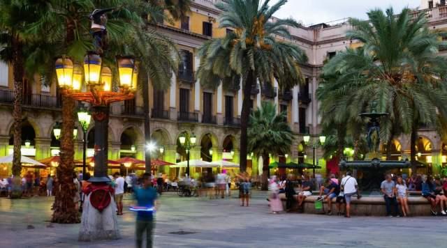 Nattelivet ved Placa Reial i Barcelona
