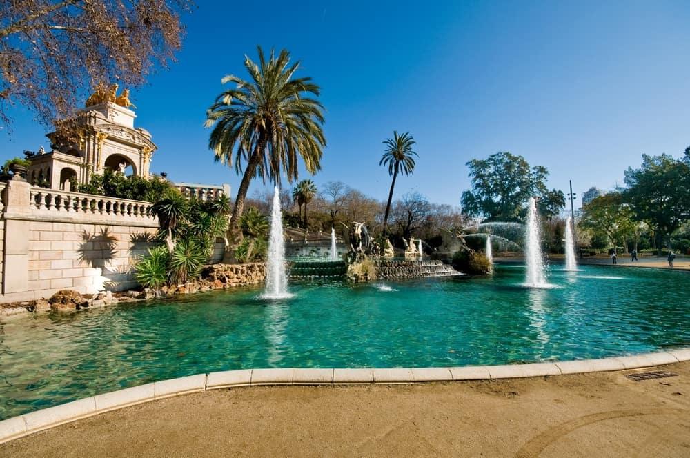 Vandbassin, springvand og palmer i Ciutadella-parken i Barcelona