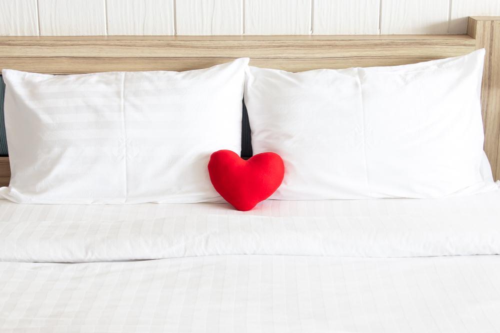 Dobbeltseng med sengegærde og hjerte.