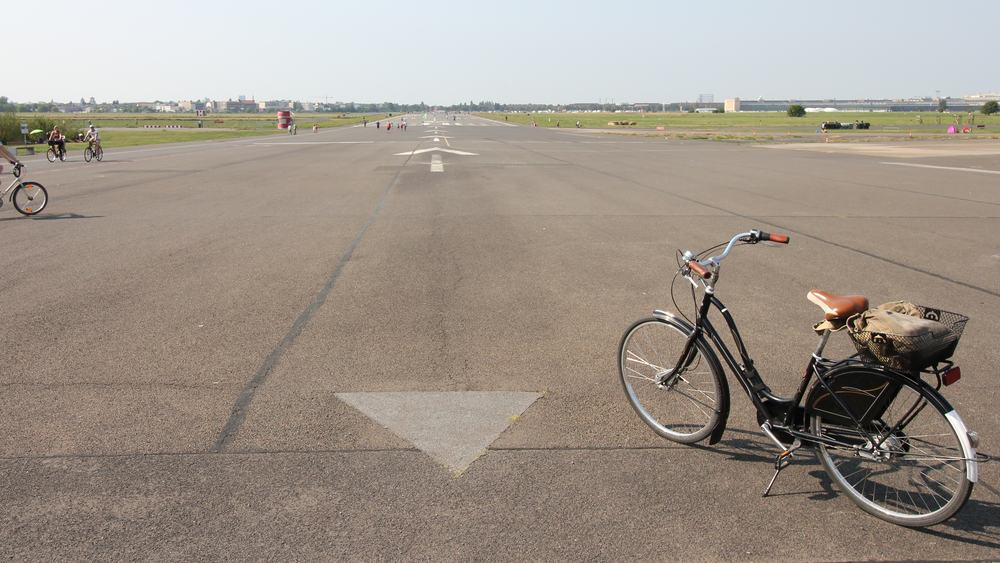 Cykel på landingsbanen i Tempelhof i Berlin