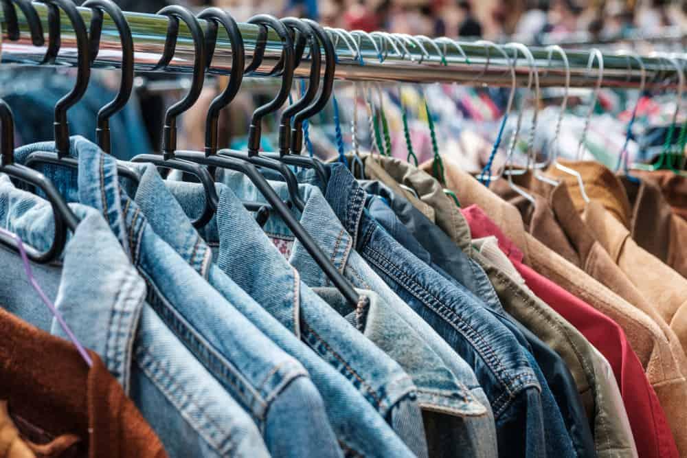 Jeans jakker på Mauerpark loppemarked i Berlin