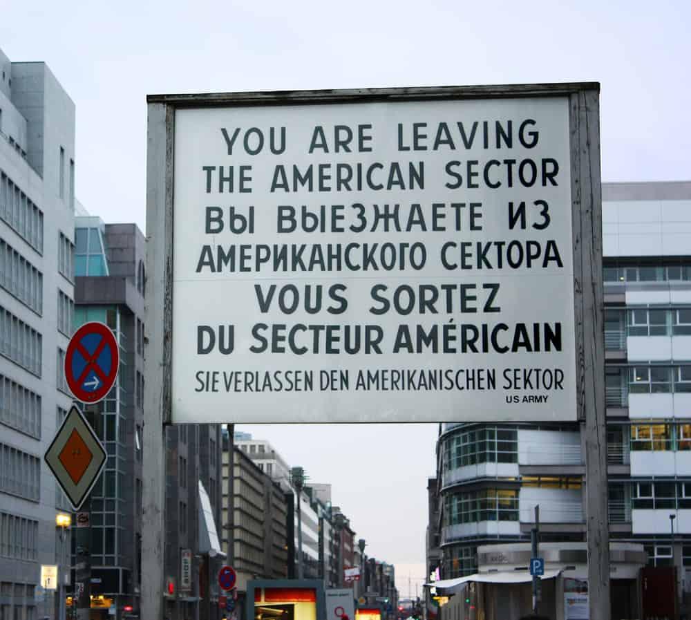 Skilt ved Checkpoint Charlie