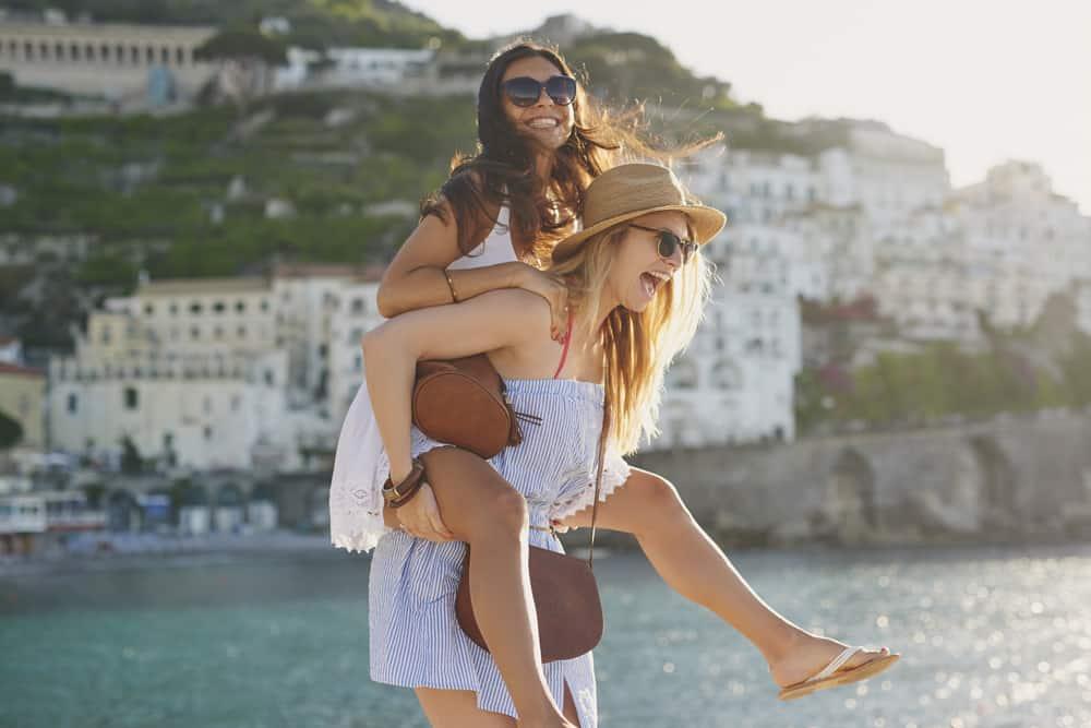 Unge piger på ferie