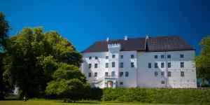 Græsplæne med Dragsholm Slot i baggrunden.