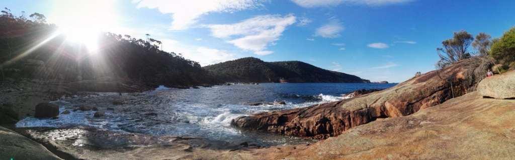 पैनोरमा चट्टानों के साथ, समुद्र और काउंटर-सूरज, तस्मानिया, ऑस्ट्रेलिया, यात्रा