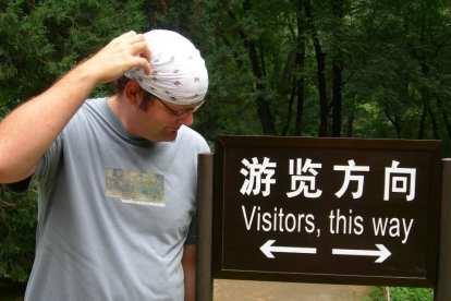 Kinesisk skilt med pil i begge retninger, Beijing, Kina, rejser