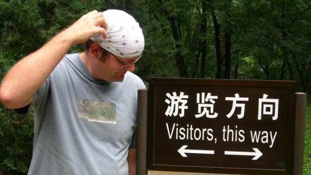 Kinesisk skilt med pil i begge retninger, Beijing, Kina, reiser