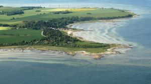 Danmark Orø-luftfoto-boerrehoved-fra-noe-mod-vindmoellerne (1)