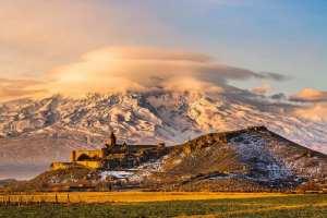 Armenien rejser - Armenian church with Aarrat mountain at sunrise