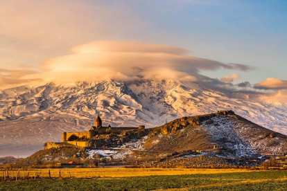 Armensko putovanje - armenska crkva s planinom Aarrat pri izlasku sunca