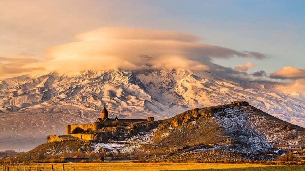 Armenien rejser - Armenian church with Aarrat mountain at sunrise