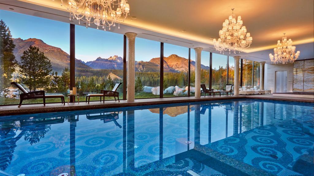 Slovaquie, Grand Kempinski High, Tatras, spa. piscine, montagnes, chaises longues, voyage