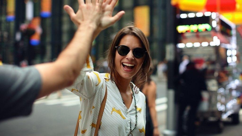 Kvinde high five smiler by