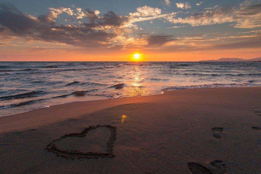 Stran, hjerte, solnedgang - rejser