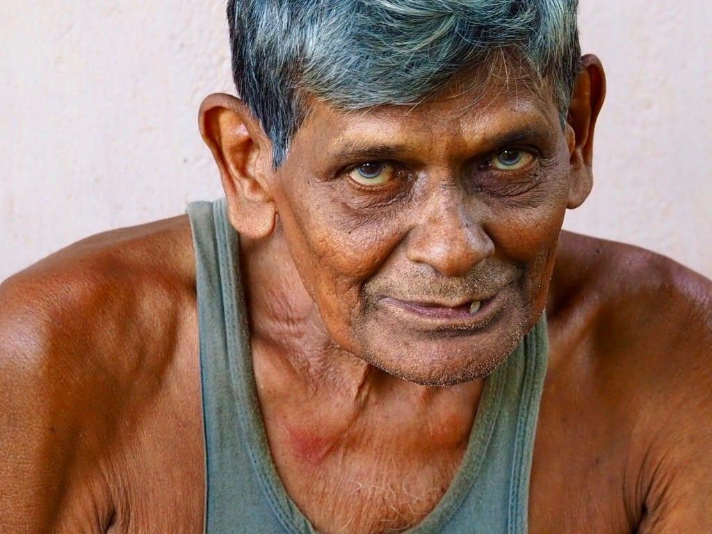Sri Lanka - Koggala Gölü - Barberyn ayurvedic sahil tesisi - yaşlı adam - seyahat