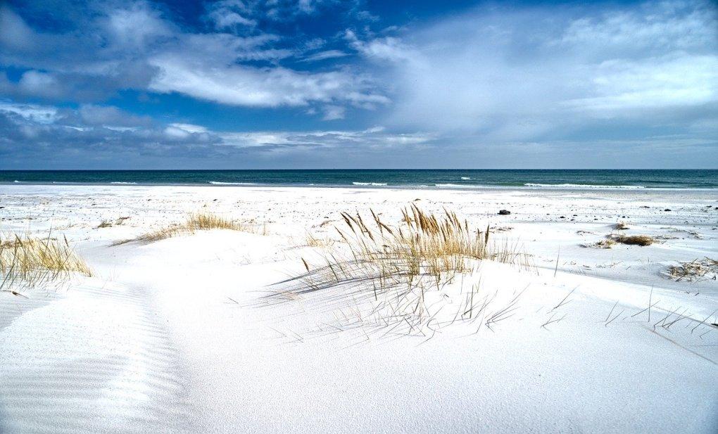 Danmark - Bornholm, strand, blå himmel - rejser - Øer i Danmark