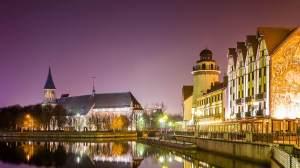"""Turistkomplex """"Fiskeby"""" på natten - utsikt över hotellet Heliopark Kaiserhof. Bilden togs från """"bröllopsbroen. Kants katedral i bakgrunden, rejser, polen, kalinigrad, europa, panorama resa"""