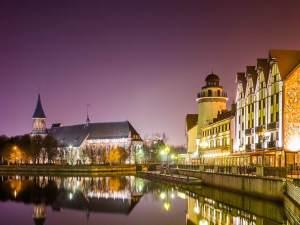 夜のツーリストコンプレックス「漁村」-ホテルヘリオパークカイザーホフの眺め。 画像は「結婚式の橋。背景のカント大聖堂、rejser、polen、kalinigrad、europa、パノラマ旅行」から撮影されました。