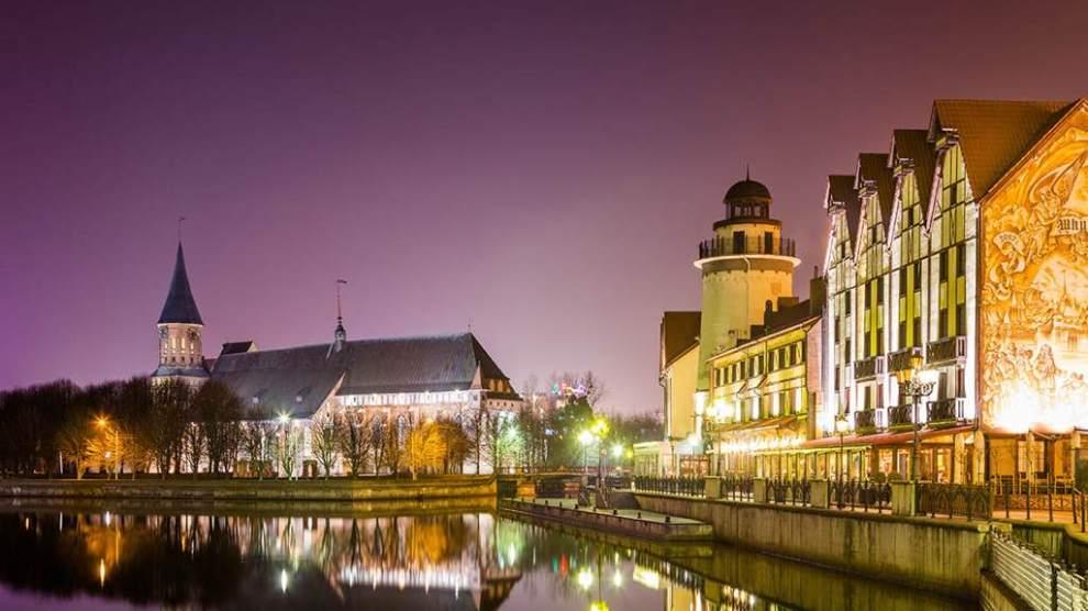 """Complexe touristique """"Fishing Village"""" la nuit - vue sur l'hôtel Heliopark Kaiserhof. L'image a été prise du """"pont de mariage. La cathédrale de Kant en arrière-plan, rejser, polen, kalinigrad, europa, panorama travel"""
