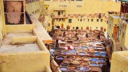 Tradycyjna garbarnia Chouwara Leather w starożytnej medynie Fes El Bali. Fez, Maroko, Maroko, Afryka, podróż panoramiczna, podróże