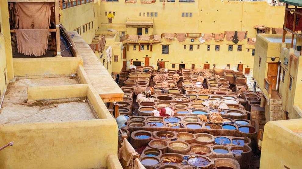Tannerie traditionnelle en cuir Chouwara dans l'ancienne médina de Fès El Bali. Fès, Maroc, Maroc, Afrique, voyage panoramique, voyage