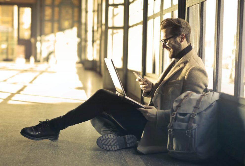 Čovjek, mobitel, računalo, aplikacija, internet, torba, putovanje