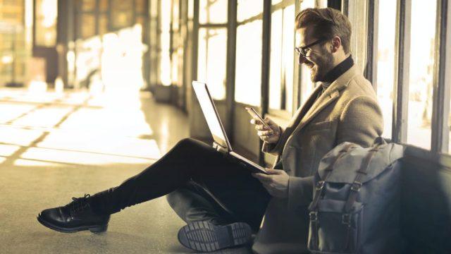 Homme, mobile, ordinateur, application, internet, sac, voyage