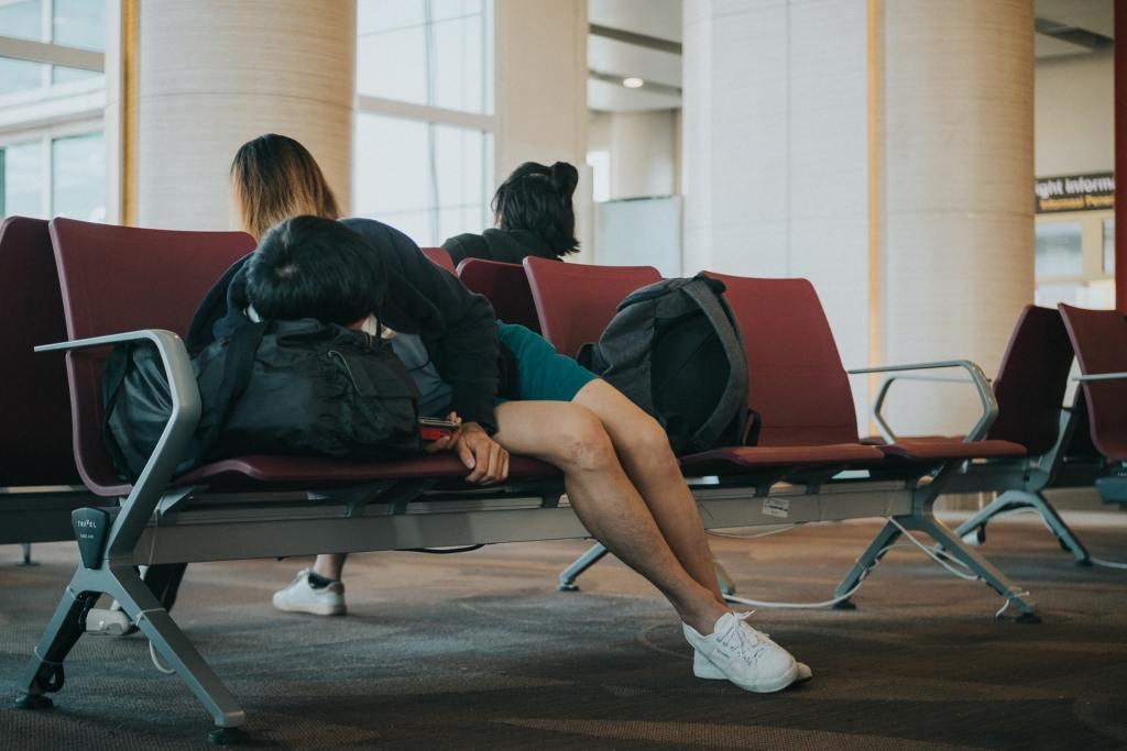 zračna luka, čovjek koji spava, jet lag, prtljaga, putovanje