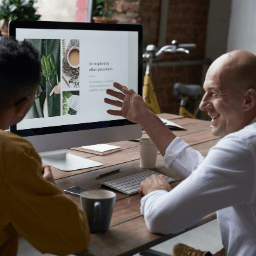 man showing good customer service software