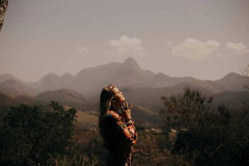 una mujer mira al cielo en actitud espiritual