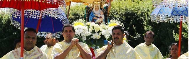 Católicos de origen indio y rito siro-malabar con la muy inglesa Virgen de Walsingham, en su santuario de Inglaterra